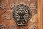Этому дверному молоточку без малого шесть веков