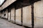 Надгробия из церкви, установленные вдоль проулка Катарины